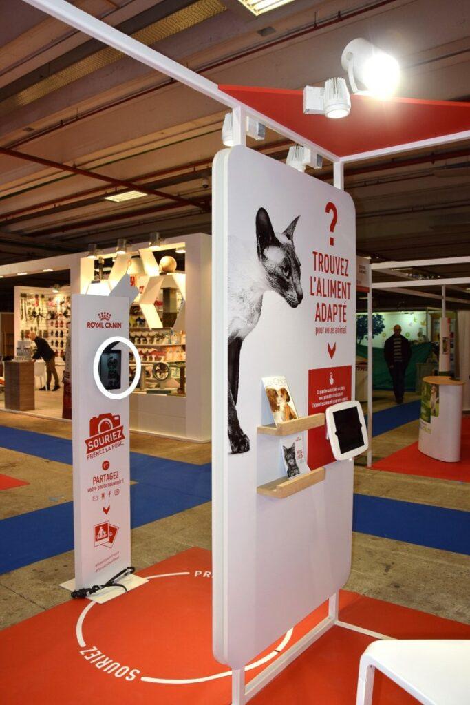 Zoom sur la partie animations du stand avec la borne photos et les iPad permettant de trouver les produits adaptés à son animal